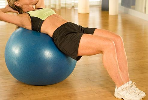 Pilates topları, lastik şeritler ve egzersiz seanslarına katılmak işinize yarayabilir. Ancak göbek kaslarınızı eritmek ve güzel bir görünüme kavuşturmak için bunlar zorunlu değildir. Günlük hayatınızda göbek ve diğer egzersizleri devam ettirdiğiniz sürece zamanla göbeğiniz erimeye başlayacaktır.